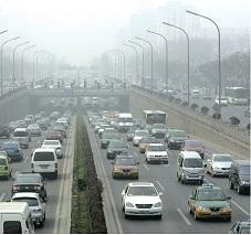 El carbón y los combustibles derivados del petróleo utilizados en los centros urbanos y núcleos industriales liberan cenizas y  hollín (carbono). La densa nube gris en la atmósfera (smog) disminuye la visión y causa enfermedades en las vías respiratorias.