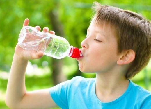 El escolar beber agua incrementa tu mente - Agua para beber ...